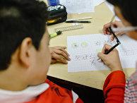 Канадские ученики в Британской Колумбии решают математическую задачу