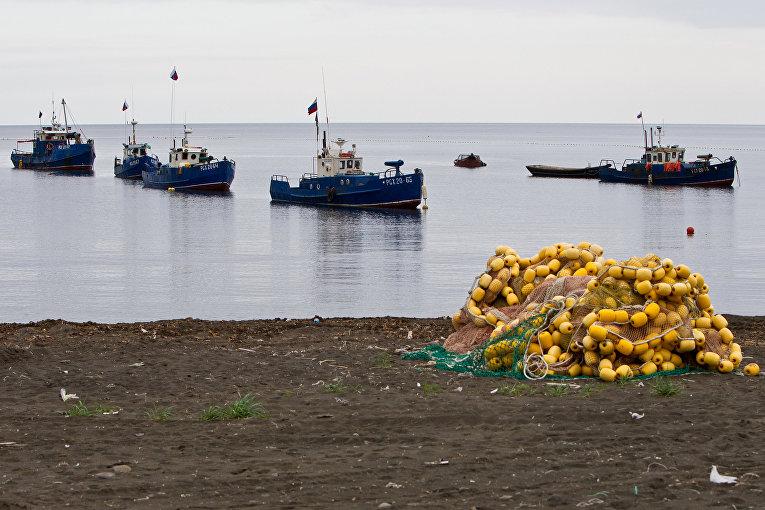 Рыбацкие судна возле деревни Рыбаки на острове Итуруп