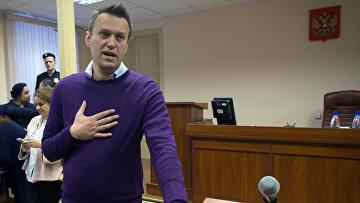 Алексей Навальный реагирует во время судебного заседания в Кирове
