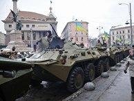 """Горожане у колонны бронетехники перед началом """"Марша защитников Украины"""", по случаю празднования 25-й годовщины Вооруженных сил Украины, во Львове"""