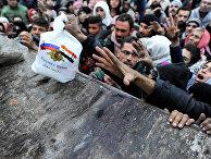 Сирийцы, эвакуированные из восточной части Алеппо получают российскую гуманитарную помощь