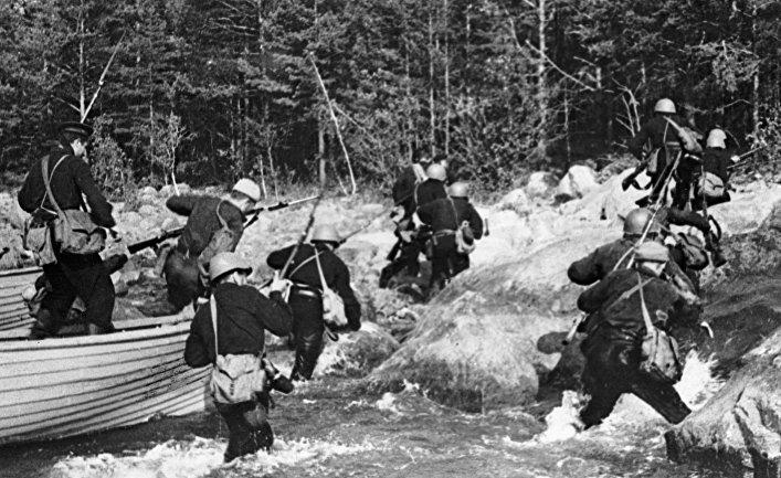 Советские солдаты высаживаются на один из островов вблизи полуострова Ханко