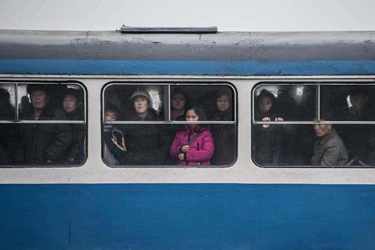 Пассажиры трамвая в Пхеньяне