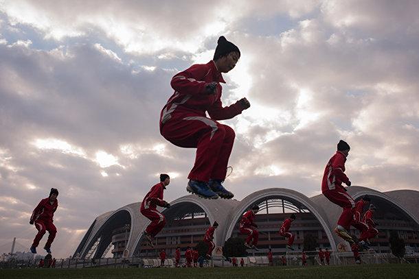 Занятие по аэробике для студенток международной футбольной академии в Пхеньяне