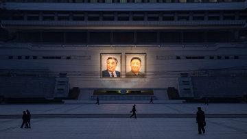 Портреты северокорейских лидеров Ким Ир Сена и Ким Чен Ира в Пхеньяне