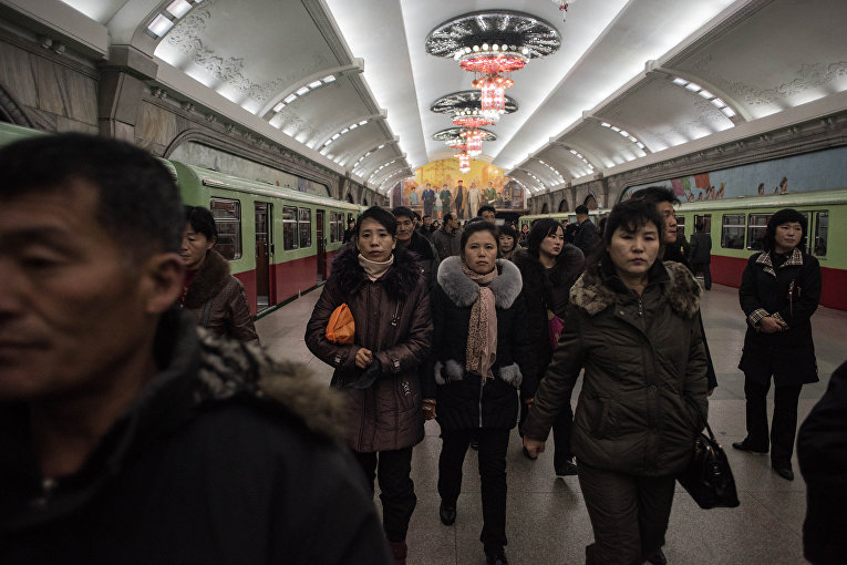 Пассажиры на станции метро в Пхеньяне