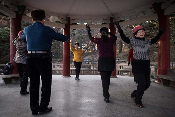Танцы под народную музыку в одном из парков в Пхеньяне