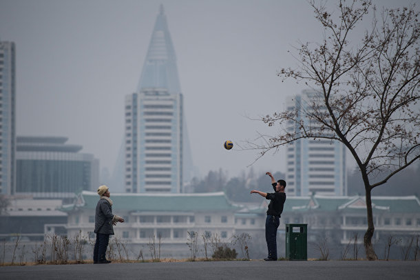 Мужчины играют в мяч в Пхеньяне