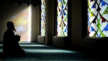 Верующий молится в Московской соборной мечети