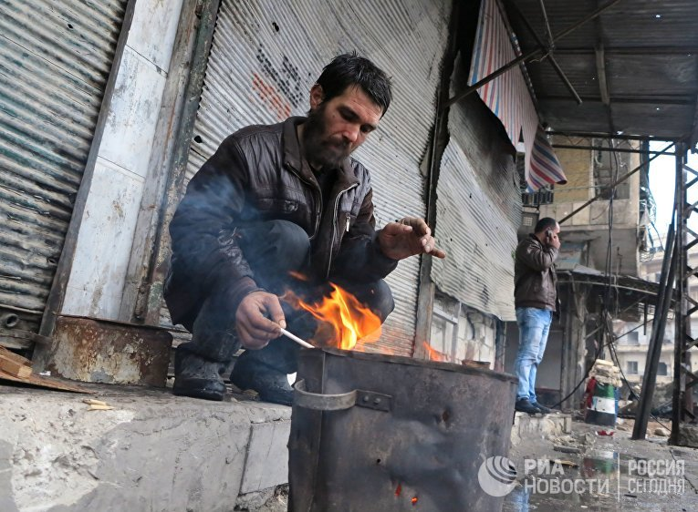 Жители в освобожденном квартале восточного Алеппо