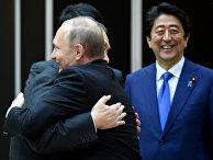 Президент России Владимир Путин обнимается с бывшим премьер-министром Японии Ёсиро Мори