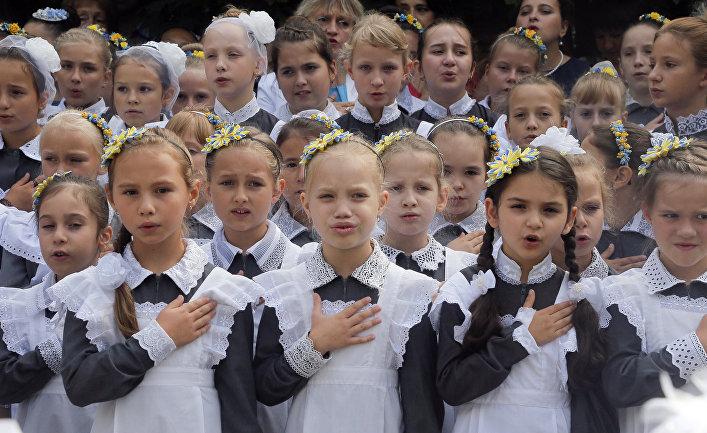 Школьницы поют гимн Украины в кадетском лицее в Киеве