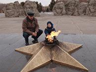 Вечный огонь у монумента памяти жетелей Комсомольска-на-Амуре