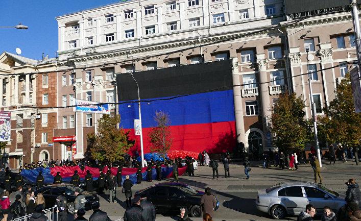 Участники праздничных мероприятий, посвященных Дню флага Донецкой народной республики, в Донецке