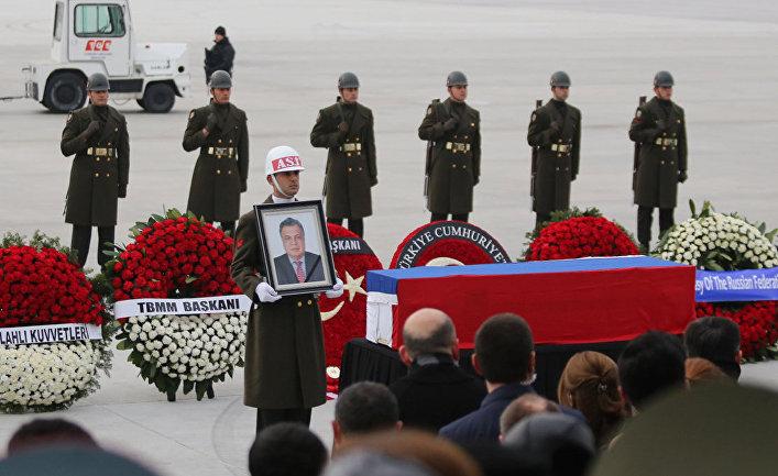 Церемония прощания с российским послом Андреем Карловым в аэропорту Анкары