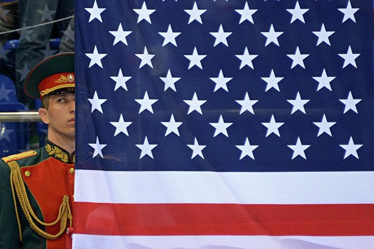 Российский военный в почетном карауле у флага США