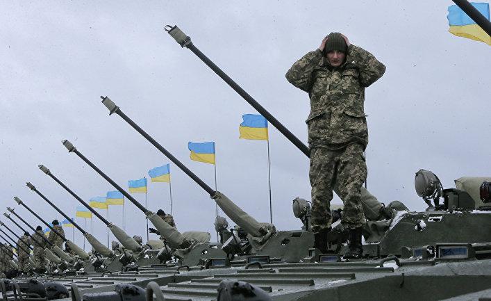 Украинские солдаты готовятся к встрече к Петром Порошенко на военной базе рядом с Житомиром