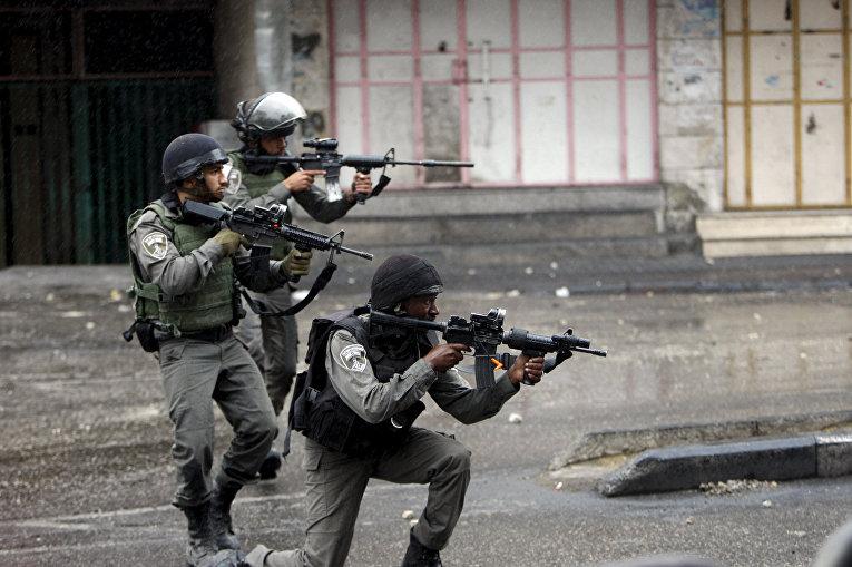 Израильские полицейские во время столкновений с палестинцами в городе Хеврон