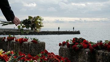 Цветы в память о пассажирах и членах экипажа российского военного самолета Ту-154