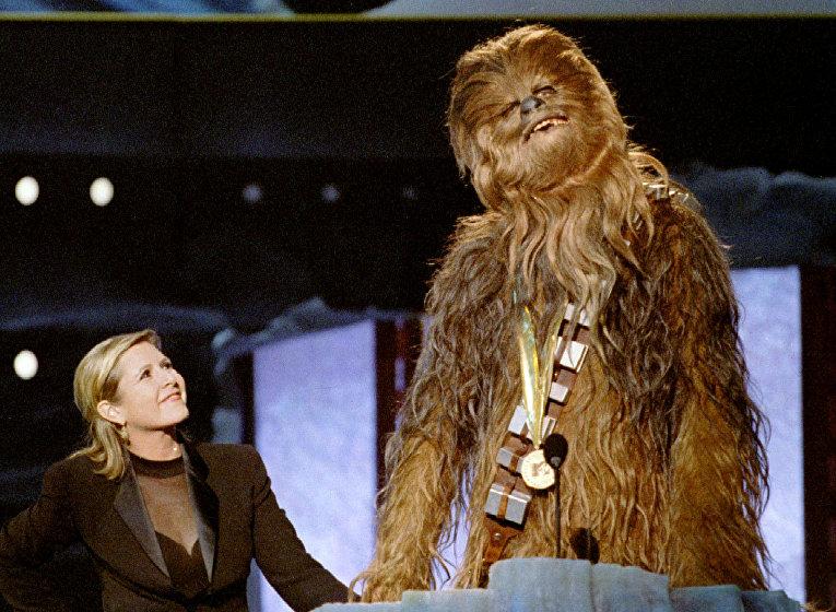 Герой из «Звездных войн» Чубакка и Кэрри Фишер