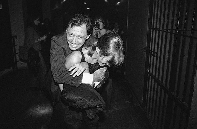 Певец Эдди Фишер обнимает свою дочь актрису Кэрри Фишер на вечеринке в Нью-Йорке