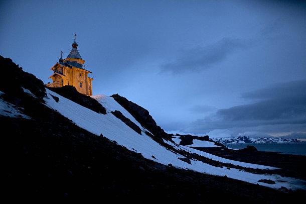 Свято-Троицкая Церковь, расположенная на вершине скалистого холма в Антарктиде