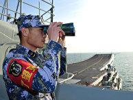 Китайский солдат на борту авианосца «Ляонин»