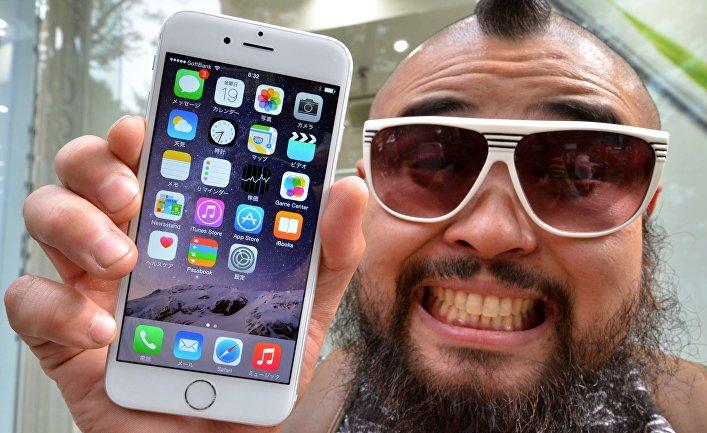 Первый покупатель нового смартфона Apple iPhone 6 в Токио