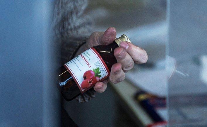 Продавец демонстрирует лосьон с экстрактом боярышника в одном из киосков Омска
