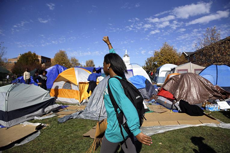 Лагерь протестующих студентов университета Миссури после объявления об отставке Тима Вулфа