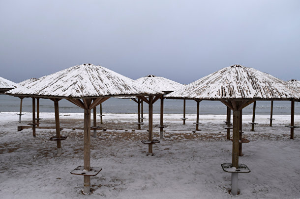Заснеженный зонтики на пляже в Греции