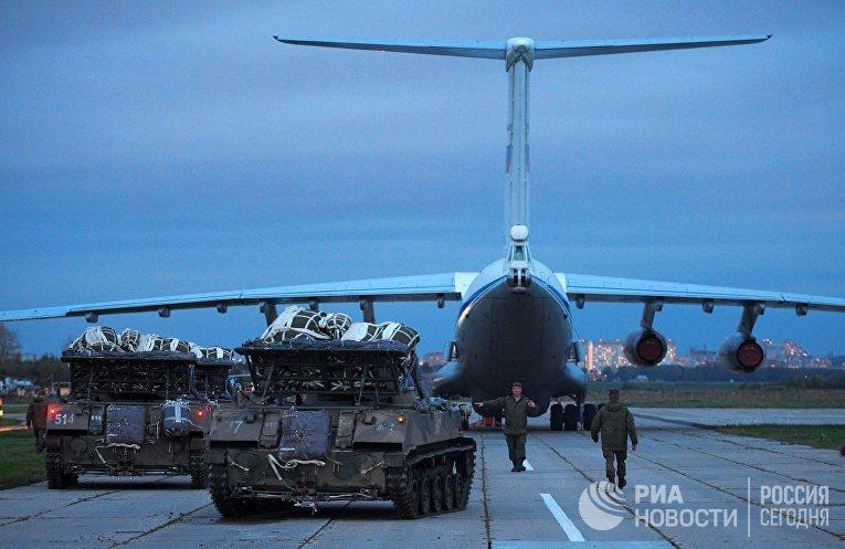 Погрузка боевых машин десанта БМД-2 в Ил-76 на аэродроме Дягилево