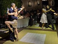 Президент США Барак Обама танцует танго во время государственного обеда, устроенном президентом Аргентины