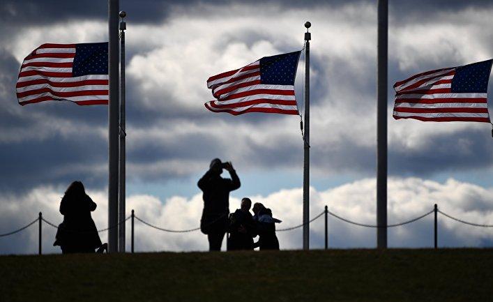 Туристы возле монумента Вашингтона в Вашингтоне