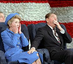 Президент США Рональд Рейган и его жена Нэнси Рейган на церемонии инаугурации, 1985 год