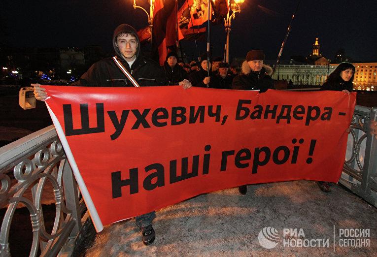 Участники факельного шествия в честь 60-летия гибели командира УПА Романа Шухевича. Архивное фото