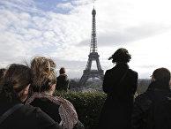 Парижане во время минуты молчания в память о жертвах терактов. 16 ноября 2015