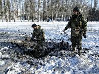 Украинский солдаты на месте взрыва в Авдеевке