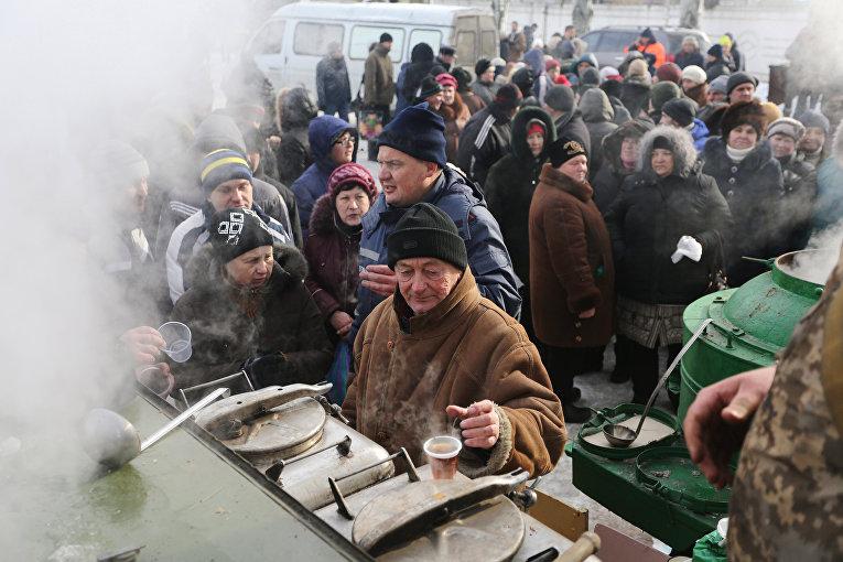 Спасатели раздают пищу для местных жителей в Авдеевке