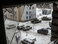Украинские танки и автомобили миссии ОБСЕ во дворе многоквартирного дома в Авдеевке