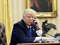 Президент США Дональд Трамп говорит по телефону с премьер-министром Австралии Малкольм Тернбуллом
