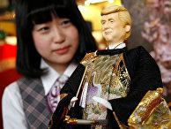 Японская кукла в образе президента США Дональда Трампа в магазине в Токио