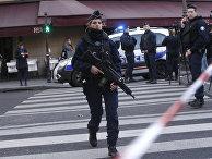 Сотрудники полиции возле здания Лувра в Париже, где неизвестный напал на военнослужащего