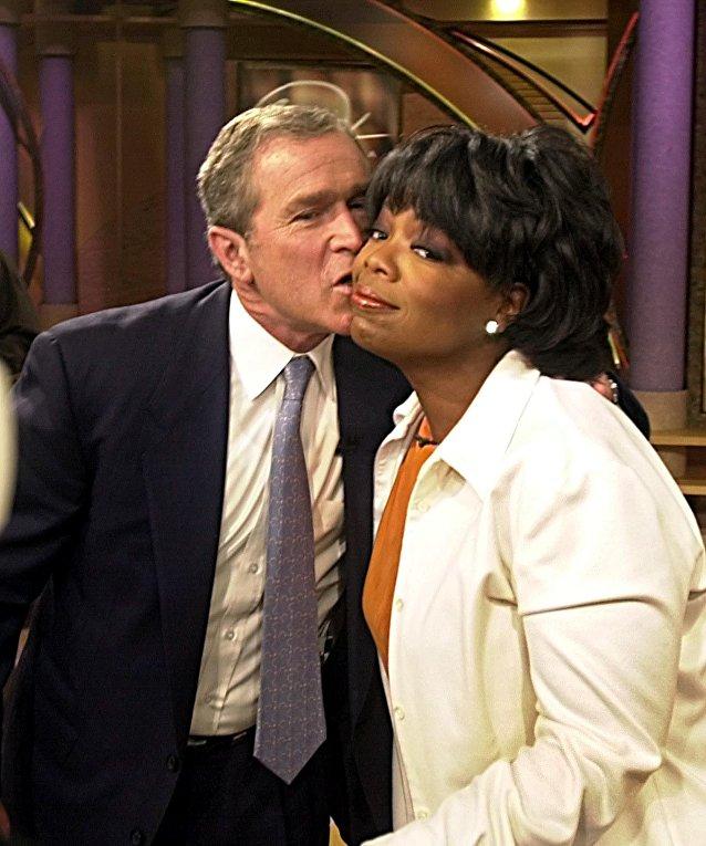 Кандидат в президенты США Джордж Буш-младший и Опра Уинфри во время телевизионного шоу, архивное фото