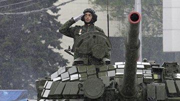 Ополченец ДНР с позывным «Гиви» во время парада Победы в Донецке