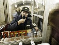 Дежурная по эскалатору в метро