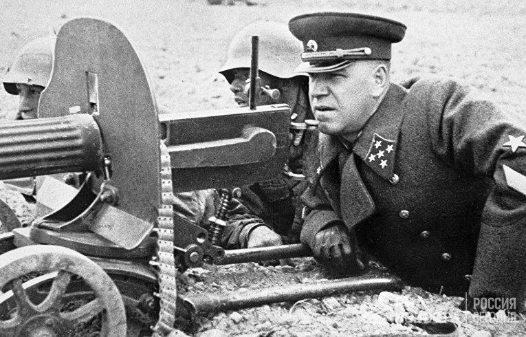 Маршал Советского Союза, четырежды Герой Советского Союза Георгий Константинович Жуков на полевых учениях.