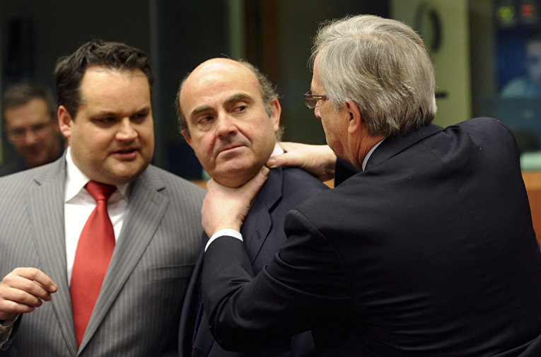 Министр экономики Испании Луис де Гиндос и премьер-министр Люксембурга Жан-Клод Юнкер, архивное фото
