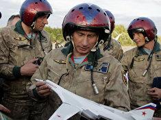 Президент России Владимир Путин держит макет стратегического бомбардировщика Ту-160