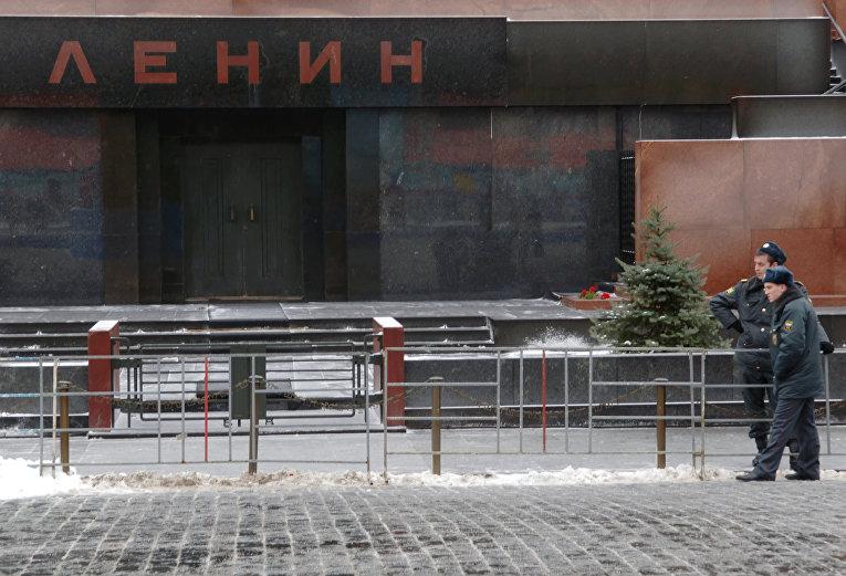 Сотрудники мвд дежурят у мавзолея виленина на красной площади